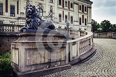 eine-skulptur-eines-löwes-112380559