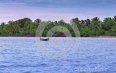 ein-kleines-fischerboot-panama-109342239