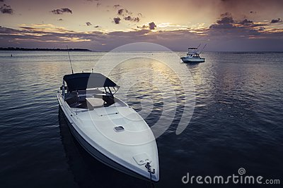 ein-motorboot-mit-einem-kleineren-im-hintergrund-115754123